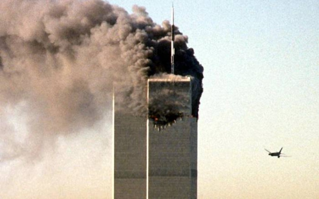 Ein zweites Flugzeug steuert am Morgen des 11. Septembers 2001 auf das World Trade Center in New York zu. | Bild: picture-alliance/dpa